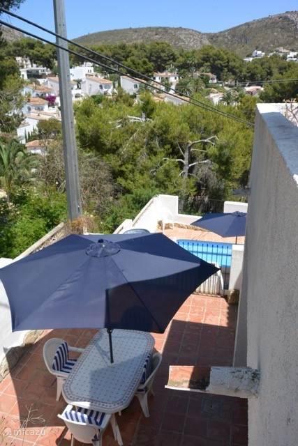 Doorkijk naar de verschillende terrassen en zwembad