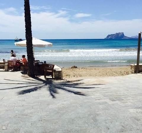 Strand El Portet met baai en zicht op Ifach