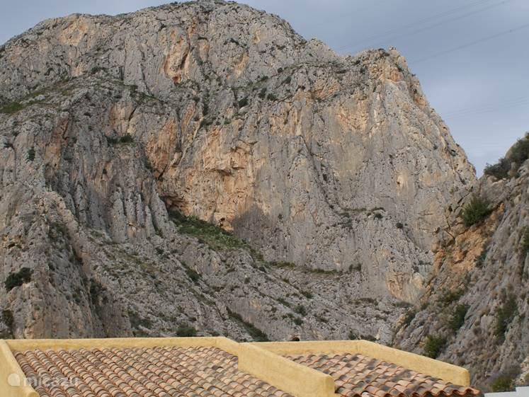 uitzicht op de bergen vanaf balcon