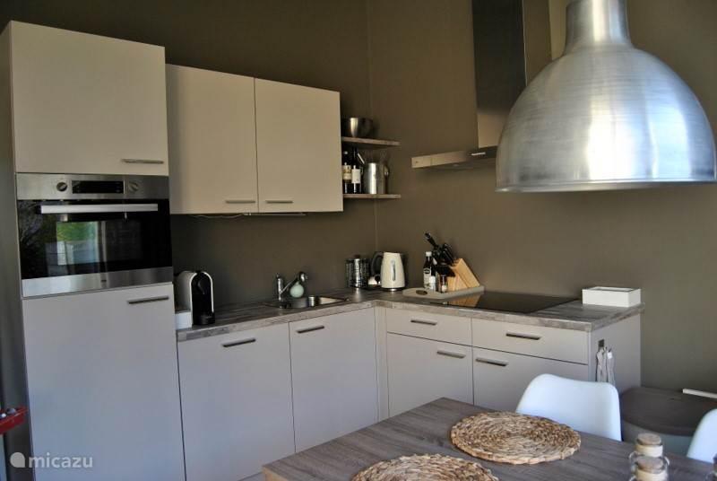 Nieuwe luxe keuken met alle inbouw-apparatuur