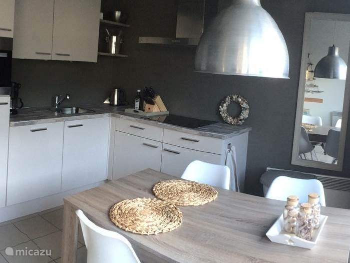 moderne keuken met eethoek voor max. 6 personen