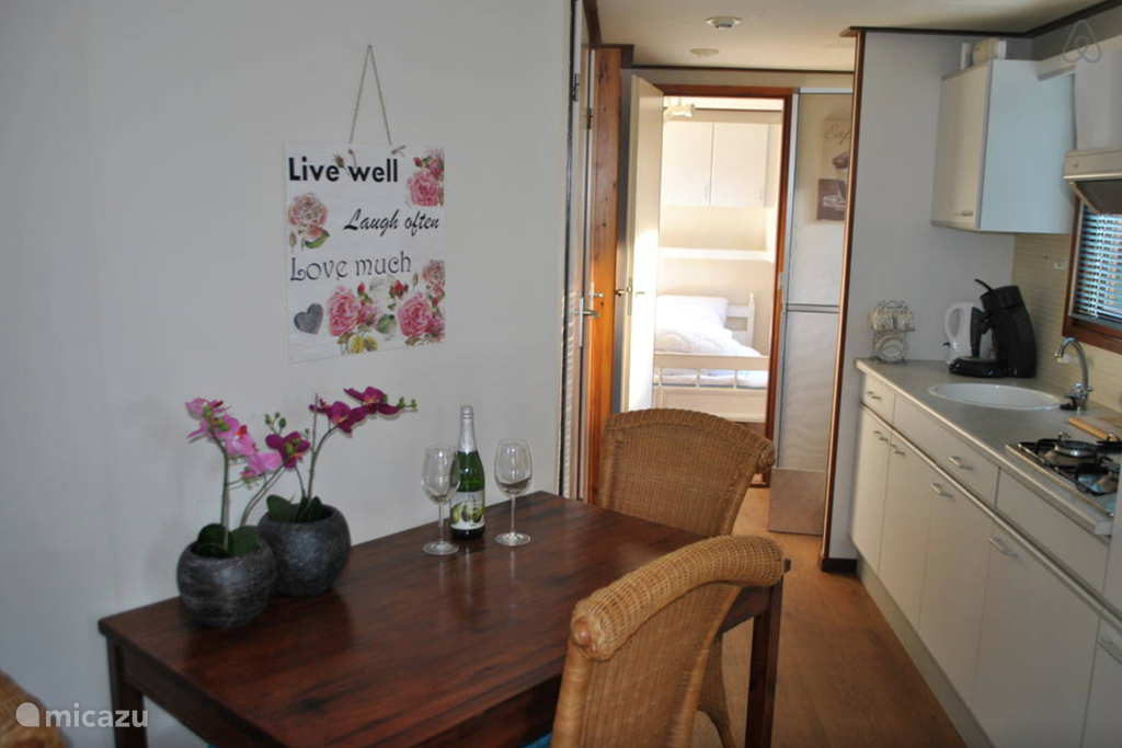 Ruime woonkamer met keuken