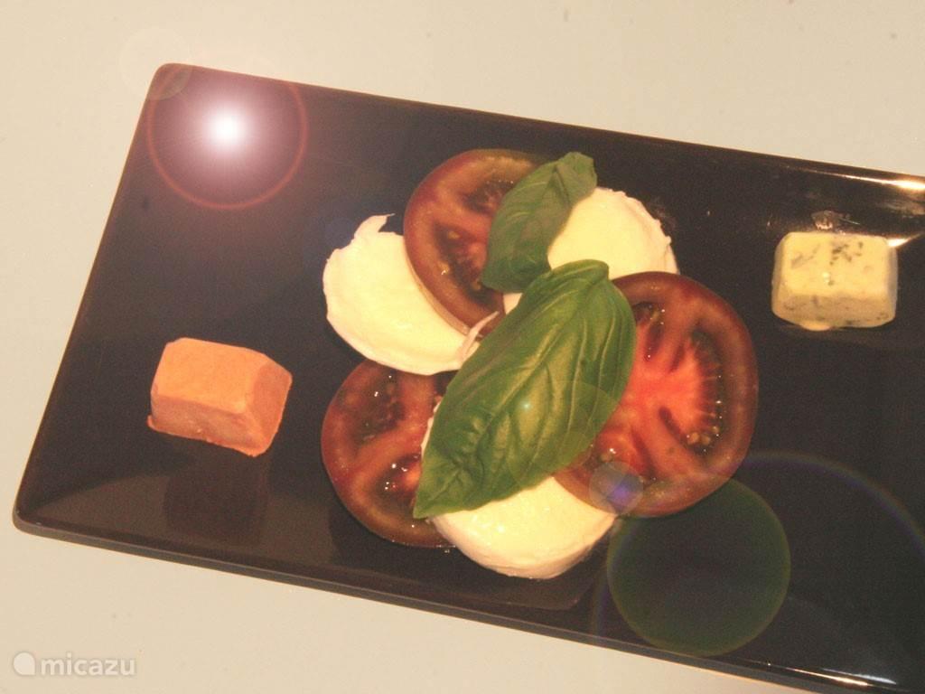 Salade Caprese met een tomaatijsje en een basilicum ijsje
