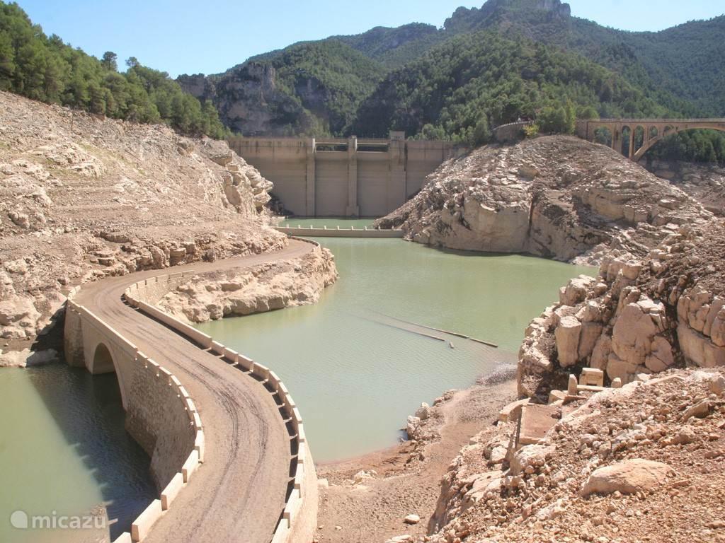 Nabijgelegen drooggevallen stuwmeer