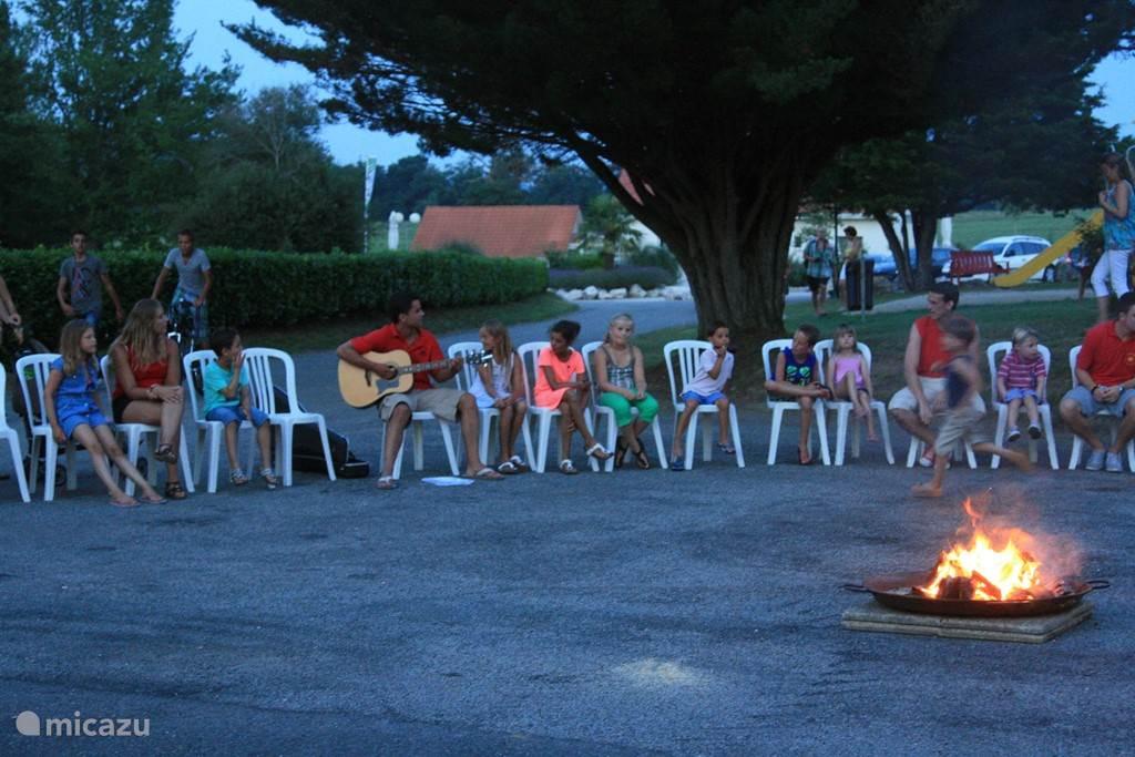Gezellig zingen bij het kampvuur.