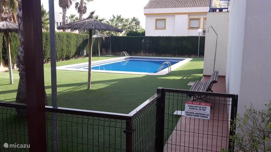 zwembad met omheining