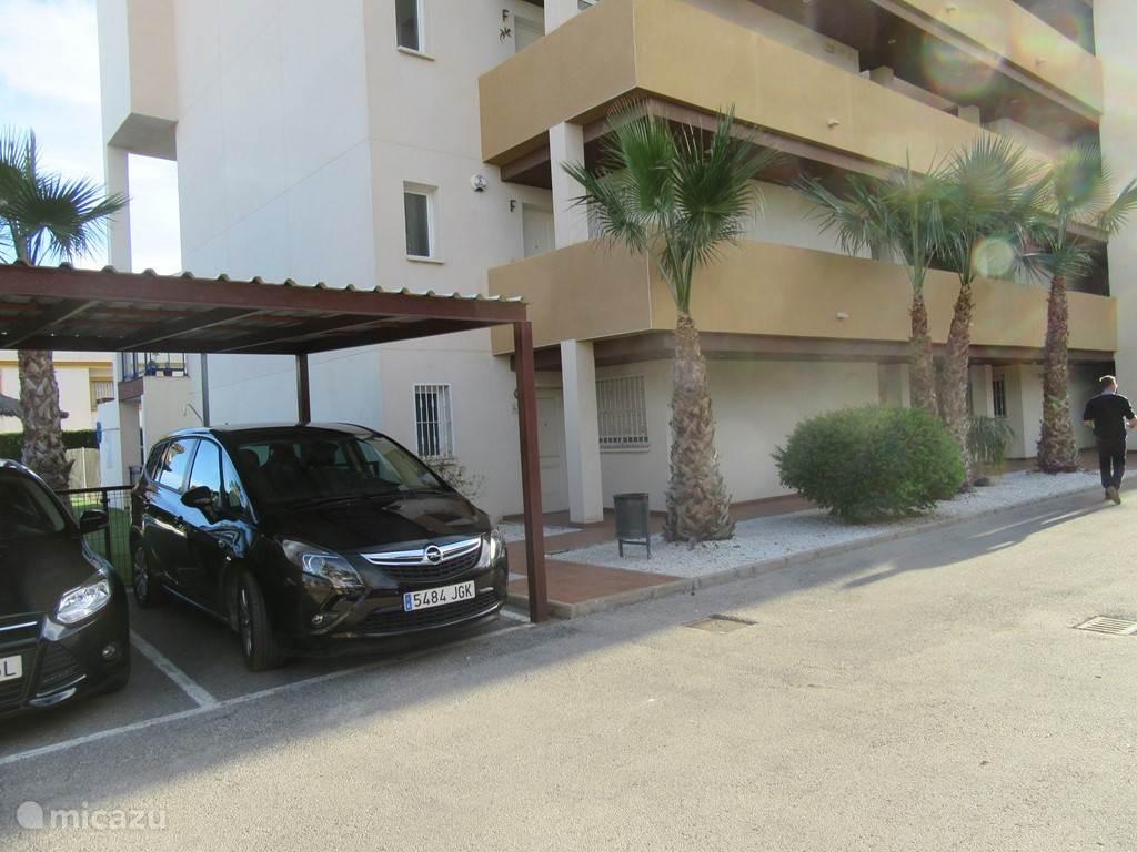 eigen parkeerplaats ( rechtse ) op 15 m van de ingang van het appartement