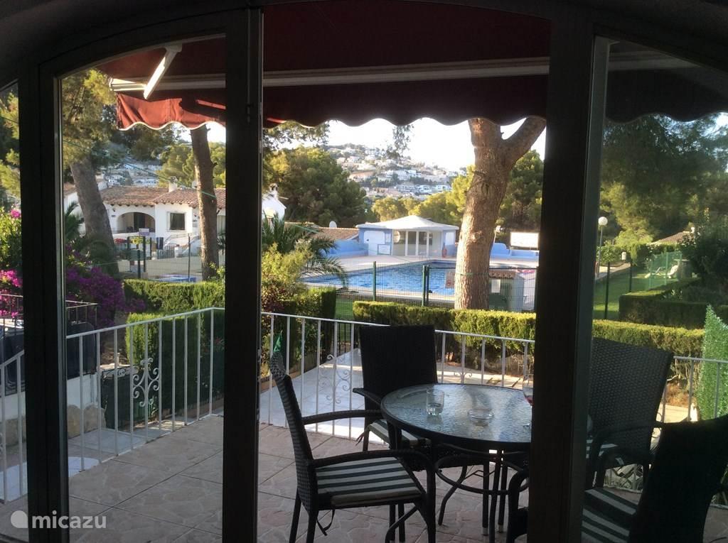 Het uitzicht vanuit Casa Andrago... wat een weelde aan licht, lucht, groen, kleur! U luncht of dineert lekker op het hogergelegen terras, of zont op één van de ligbedden op het lagergelegen terras. Alles op een paar stappen van het fantastische zwembad.