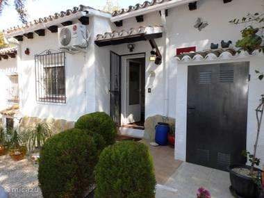 Het vooraanzicht van Casa Andrago. De wagen parkeer je voor de deur.
