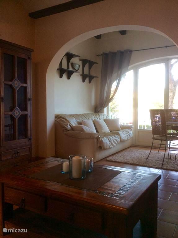 De ruime en lichte woonkamer van Casa Andrago.
