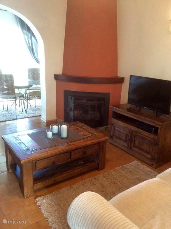 Het gezellige zitgedeelte, met houtkachel, flatscreen, boeken, dvd's, wifi, ... Dus ook leuk in de winter!