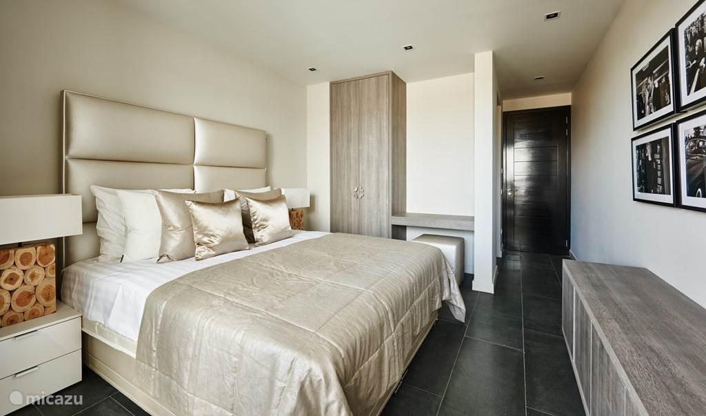 3 slaapkamers met elk een ensuite luxe badkamer.