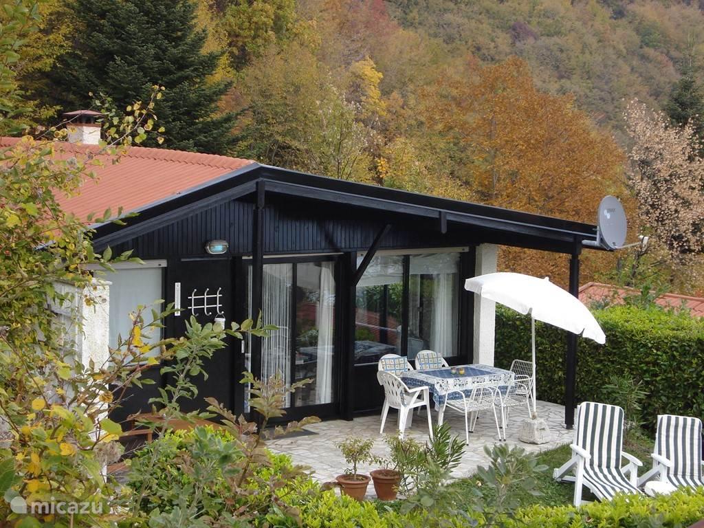 Voorzijde met terras en tuin