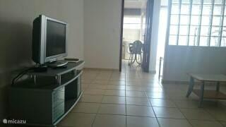 woonkamer met scheidingswand van de slaapruimte en aparte keuken