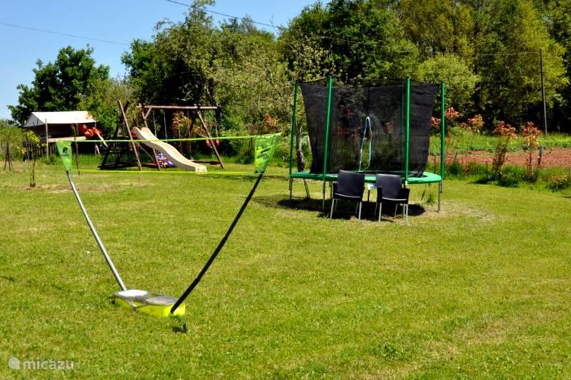 Trampoline, badminton en schommels