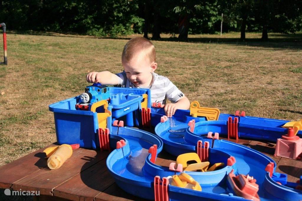 Spelen met de waterbaan.