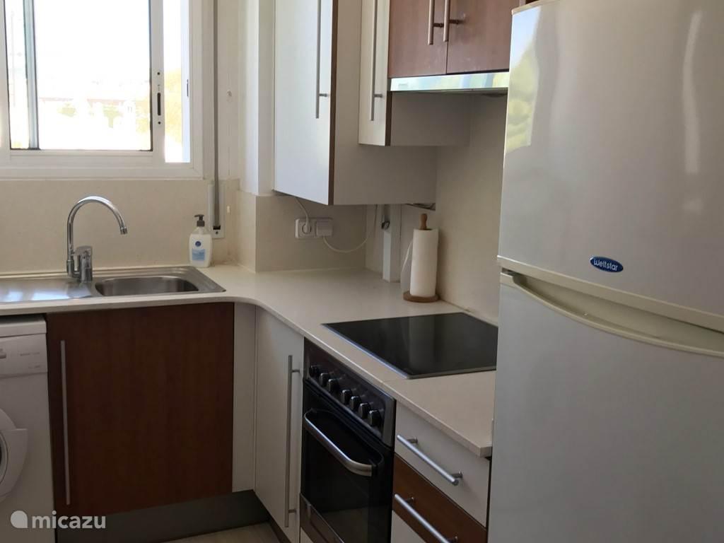 Keuken met koelkast/vriezer en wasmachine