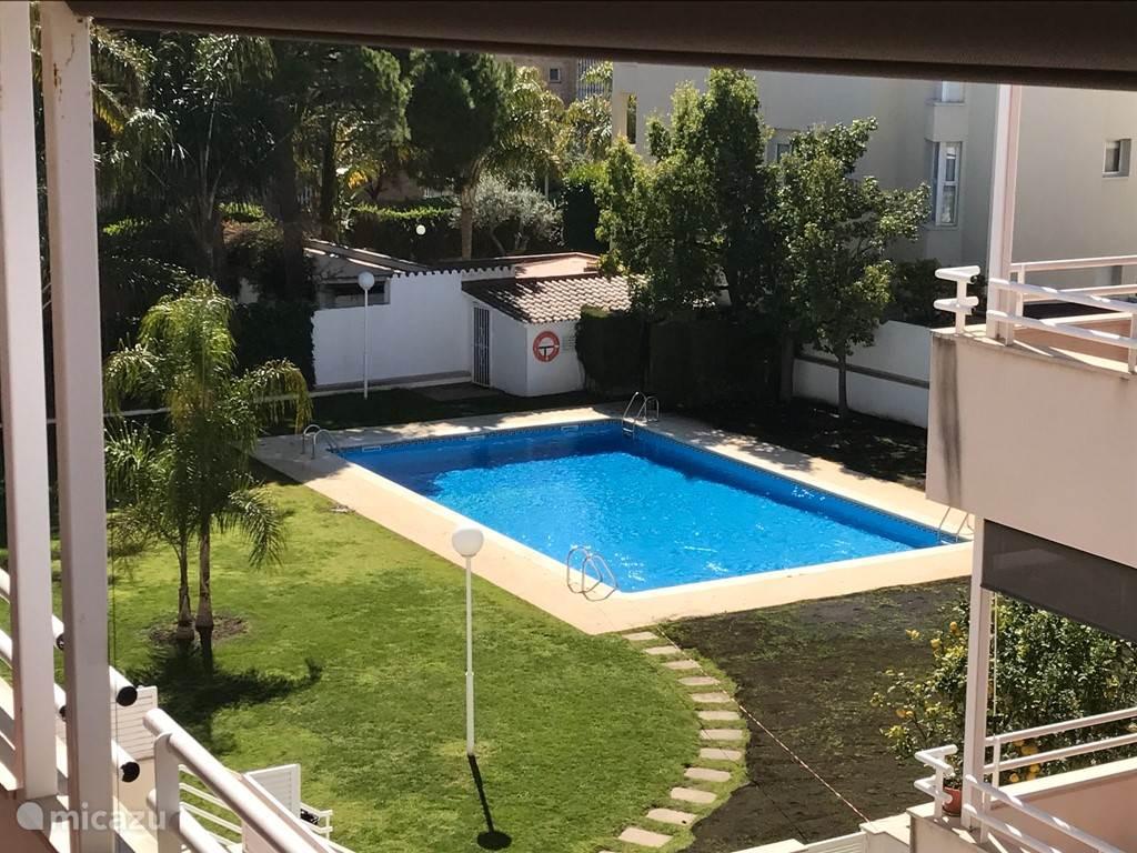 Uitzicht v.a. Het balkon naar de tuin en zwembad