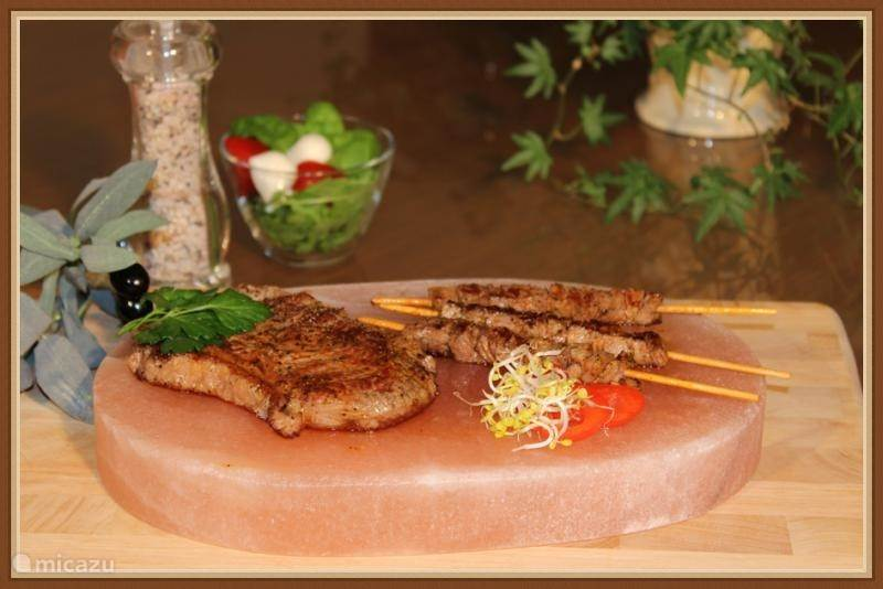 Bistro specialiteit...vlees of vis gebakken op een zoutsteen bij u aan tafel