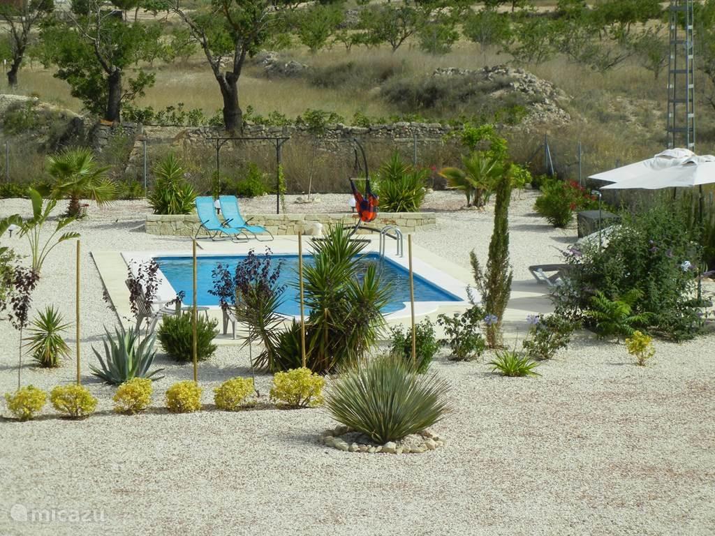 Zwembad met meerdere terrassen en weids uitzicht.