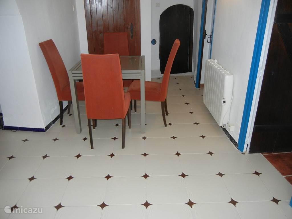 Eetkamer met uitschuifbare tafel tot 6 personen.