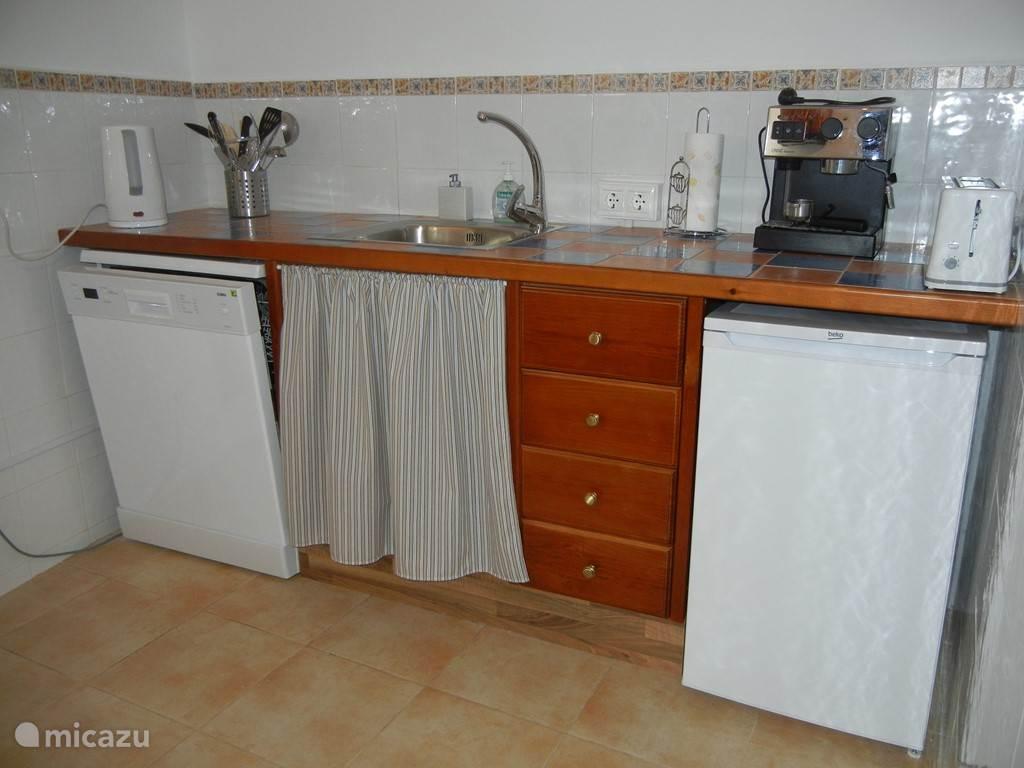 Volledig uitgeruste keuken met o.a. vaatwasser (deel 1)