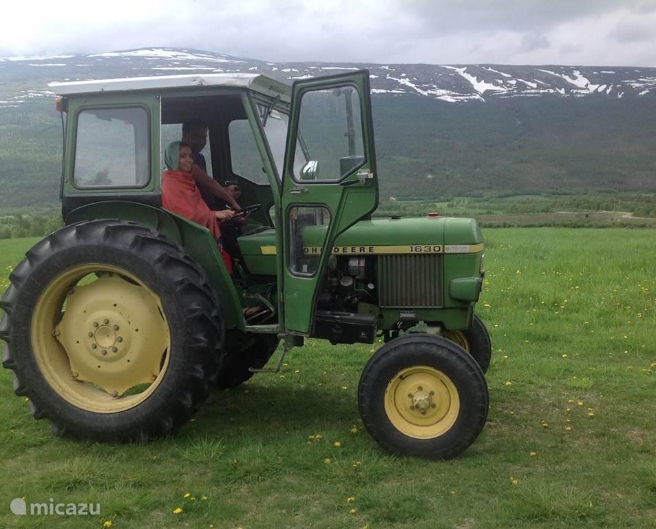 Gasten leren traktorrijden