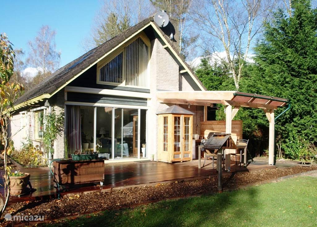 Gedeeltelijk overkapt terras