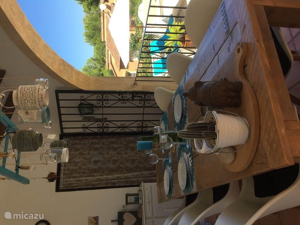 In de naya (veranda) kan je heerlijk zitten en uitkijken over de valei en zee.