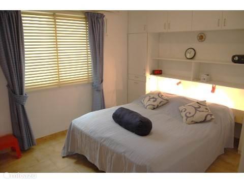 slaapkamer met aparte badkamer