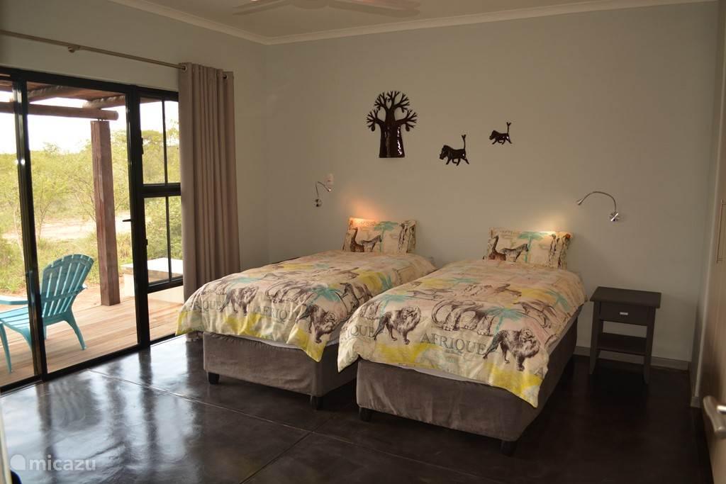 De derde slaapkamer met 2 een-persoons bedden en eigen terras.