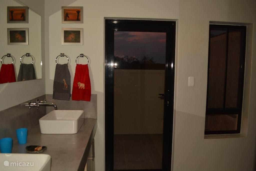 De tweede badkamer met binnen en buiten douche!