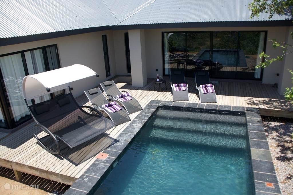 Zwembad met zonneterras