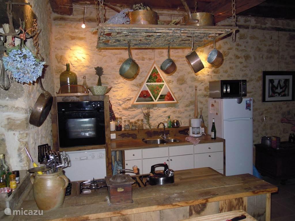 de sfeervolle ruime keuken met alle voorzieningen, vaatwasser, oven, magnetron