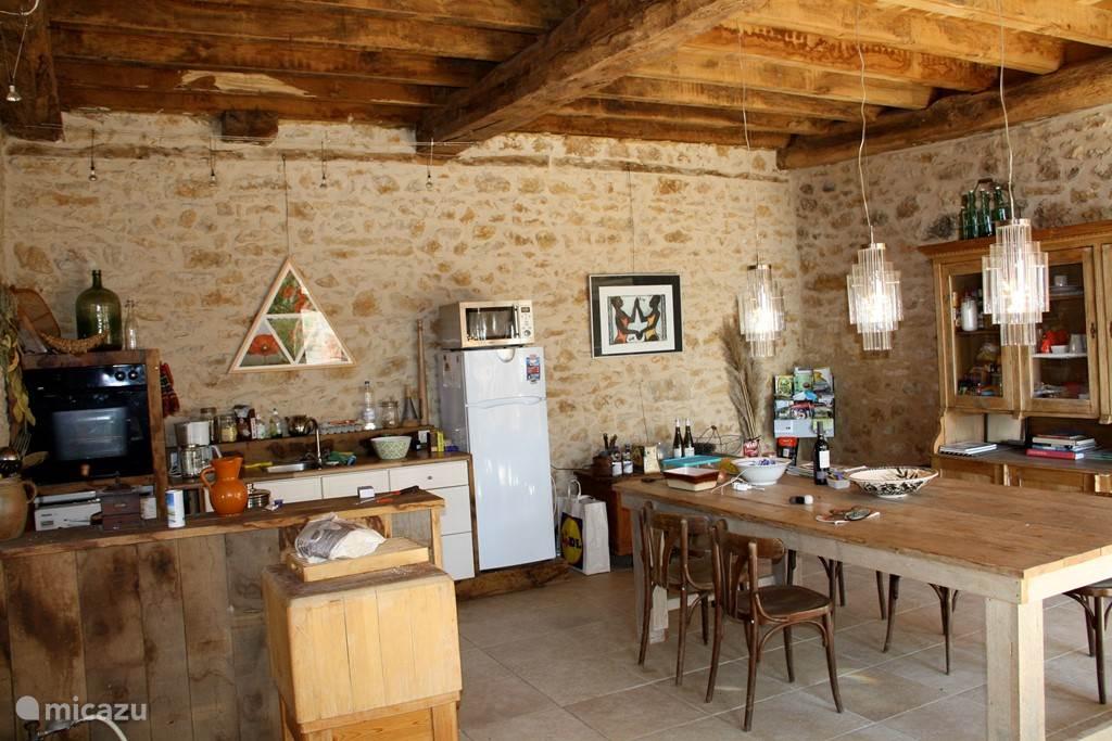 de keuken met een grote gezellige eettafel