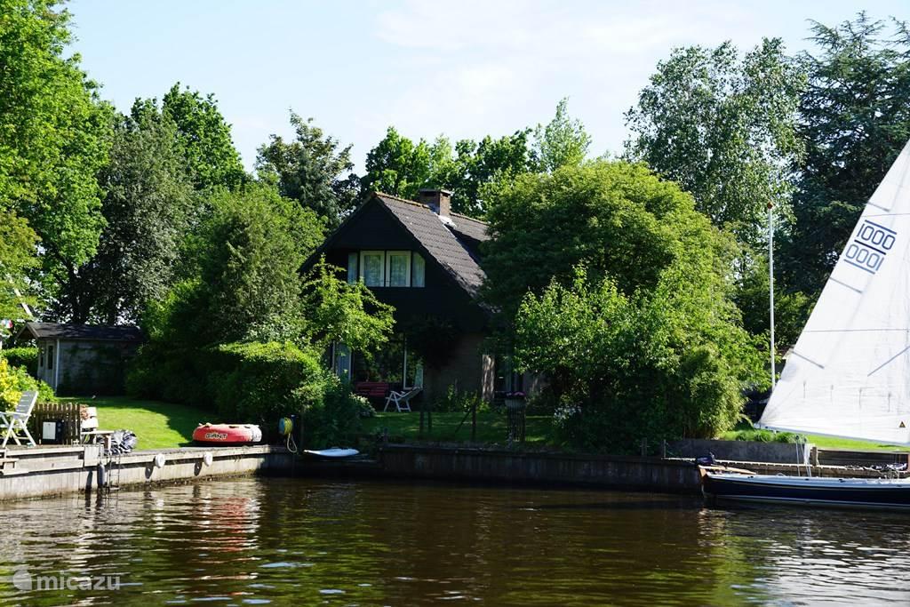 De achterkant van ons huis ligt aan het water en we hebben een eigen aanlegsteiger van 8 m lang. Met een boot die maximaal 1 m diep steekt kun je hier goed liggen. De haven heeft via het Idskenhuizermeer een rechtstreekse verbinding met het Koevordermeer en het Prinses Margrietkanaal.