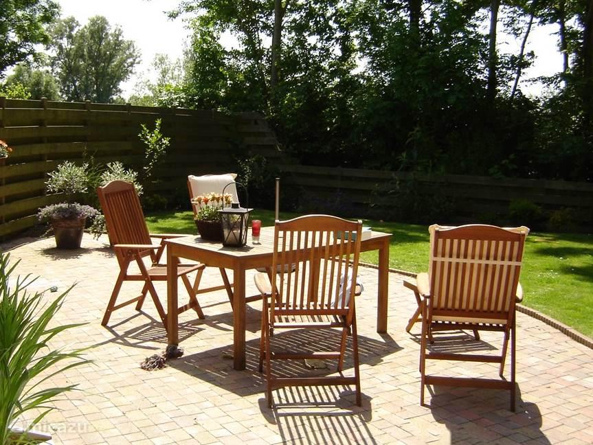 Heerlijk zonneterras in de achtertuin.