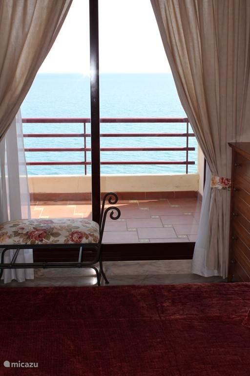 Prachtig uitzicht van de prachtige slaapkamer met tweepersoonsbed