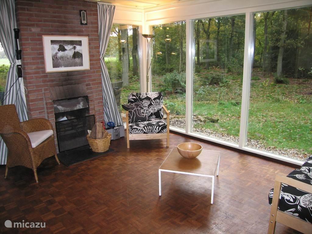 Een zelfde blik op de woonkamer. De stoelen die op deze foto staan weergegeven zijn inmiddels vervangen door de rode stoelen (zie andere foto).