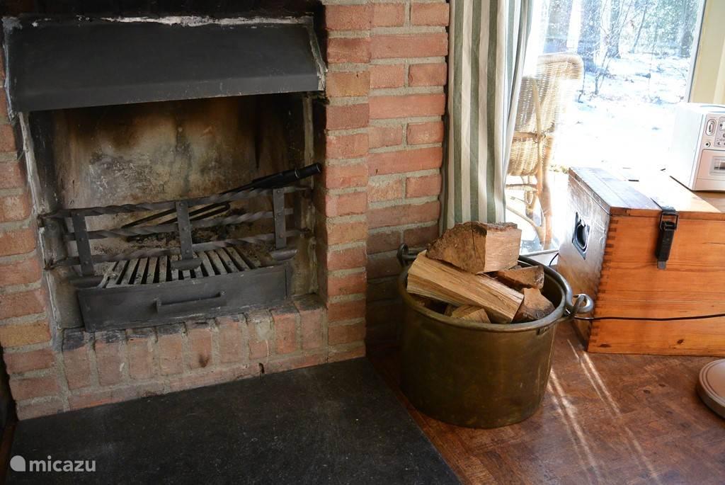 Bij  onze open haard treft u ook het benodigde haard gereedschap aan. Als het goed is dan ligt ook onze kloofbijl in de bak. Dus hout halen en lekker hakken.