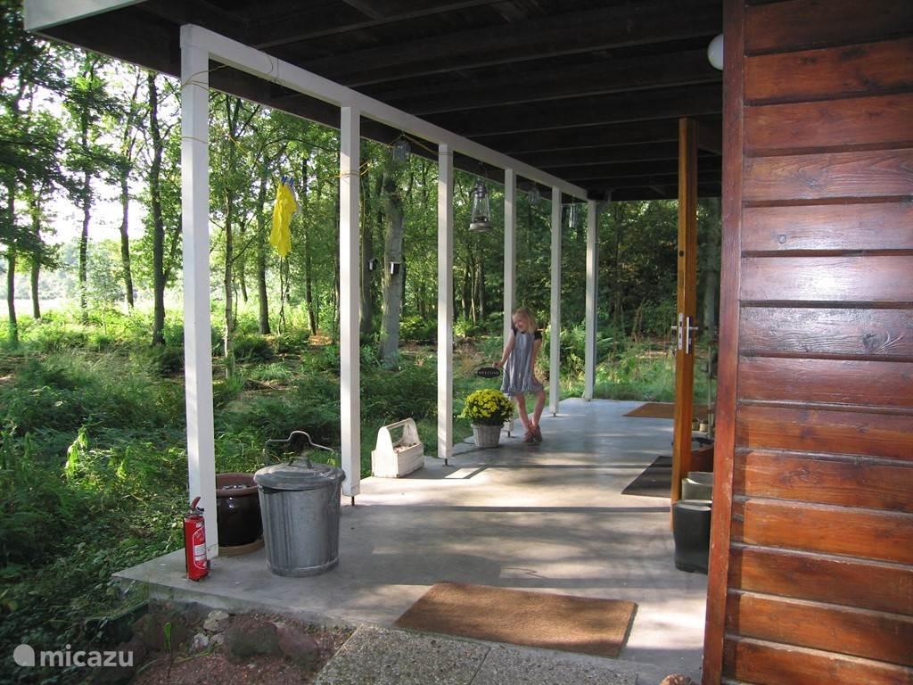 Dankzij de veranda kun je ook met regenachtig weer heerlijk buiten genieten van de rust en de natuur.