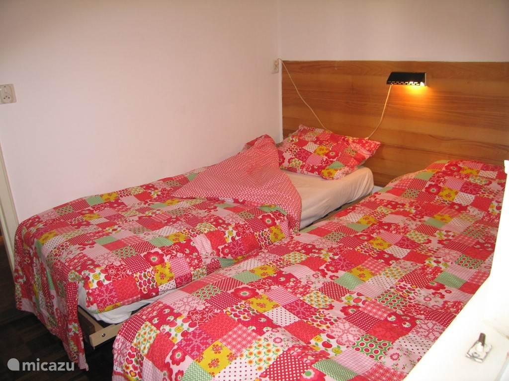 De middelste slaapkamer waarbij de afzonderlijke bedden verschuifbaar zijn.
