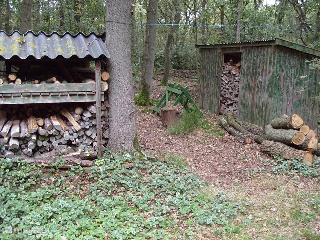 Onze houtopslag op het eigen terrein.