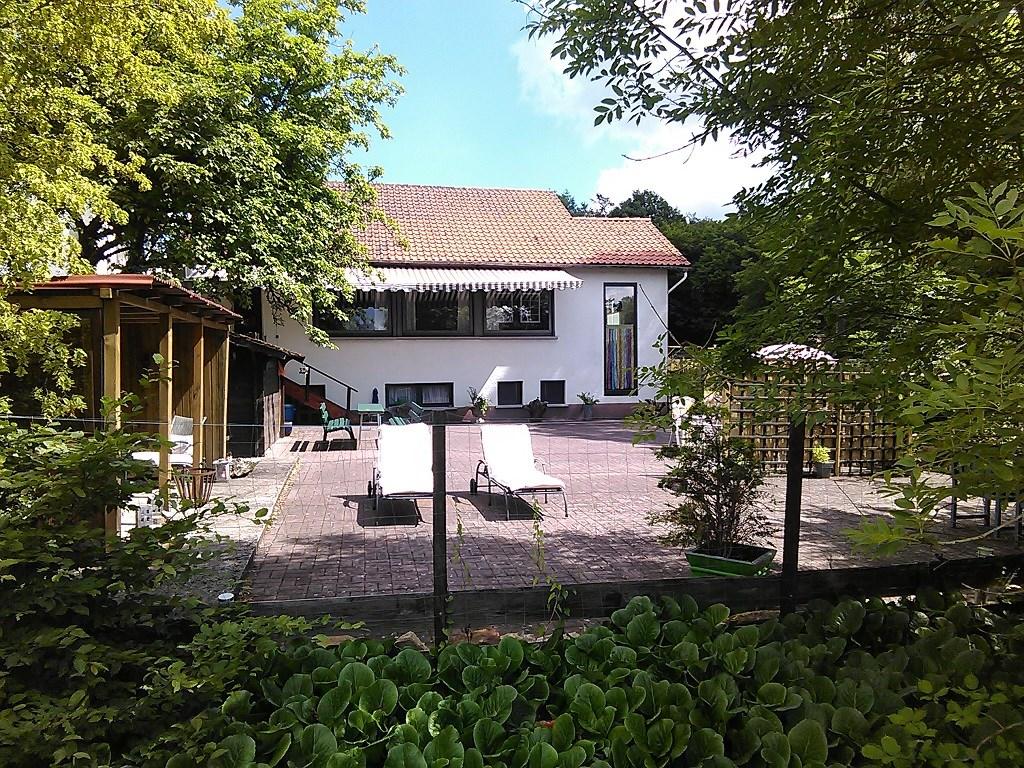 Aanbiedingen voor de periode mei en juni midweek nu € 300,- en week nu € 525,- Luxe vakantiehuis, midden in de natuur, omheinde tuin, honden welkom!