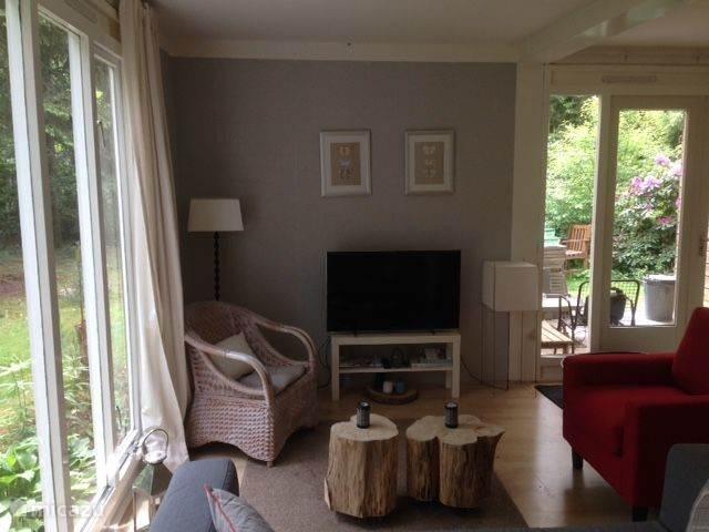 Lichte woonkamer met flatscreen tv