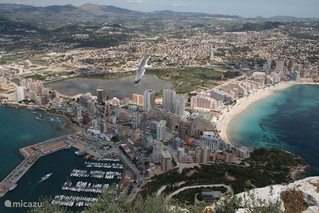 uitzicht van op de Peñon, rechts de baai waar het appartementsgebouw staat, links de jacht- en vissershaven van Calpe