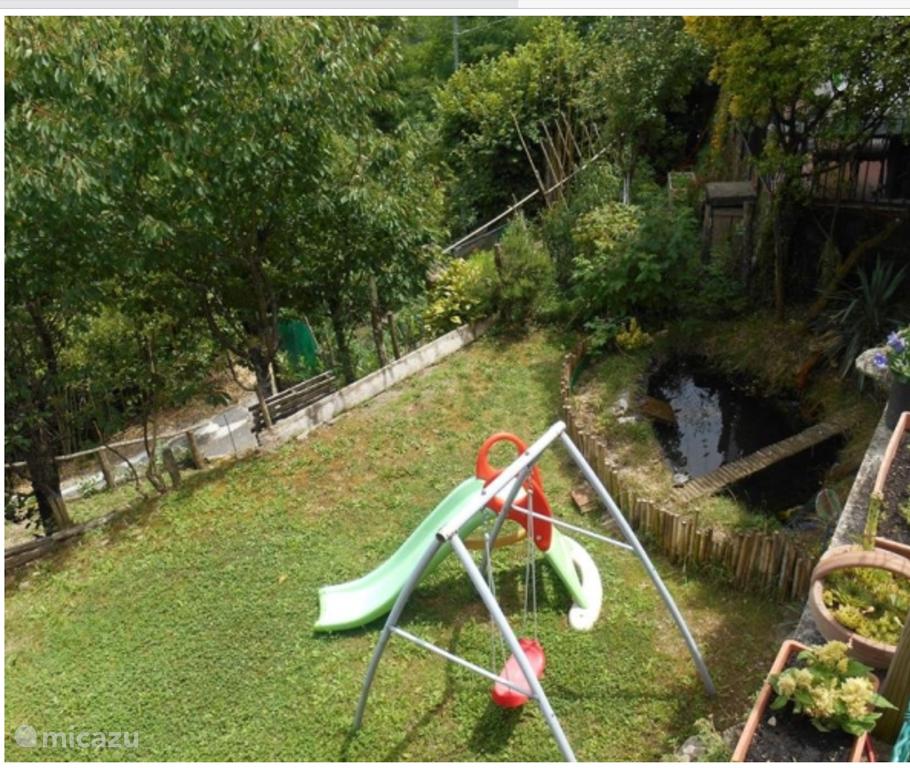 Tuin met vijver en speeltoestel