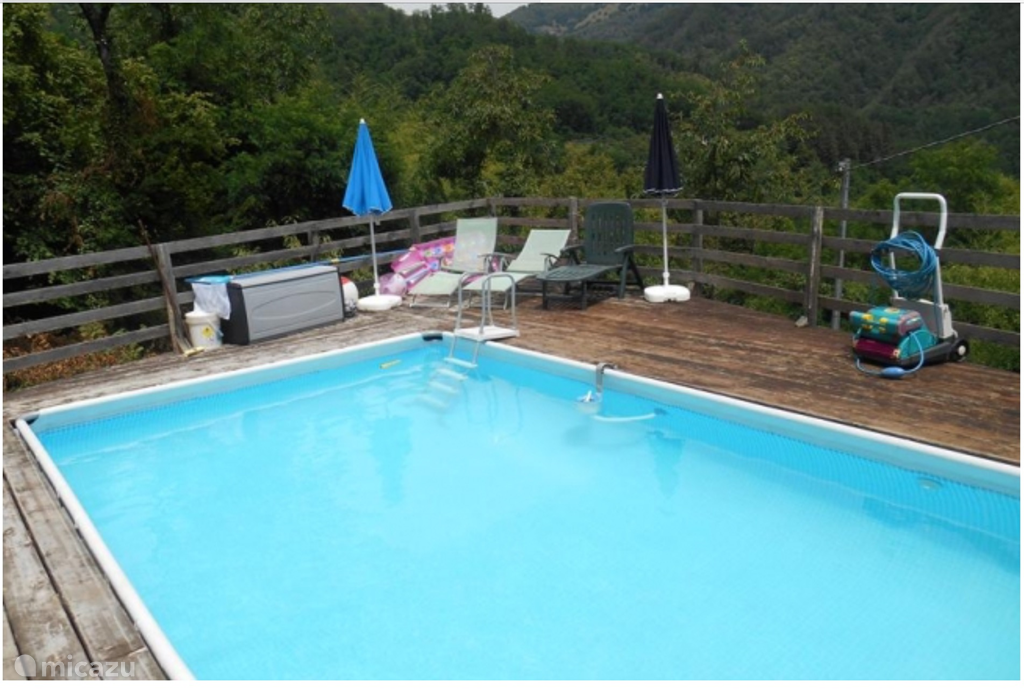Uitzicht over de bergen vanuit het zwembad