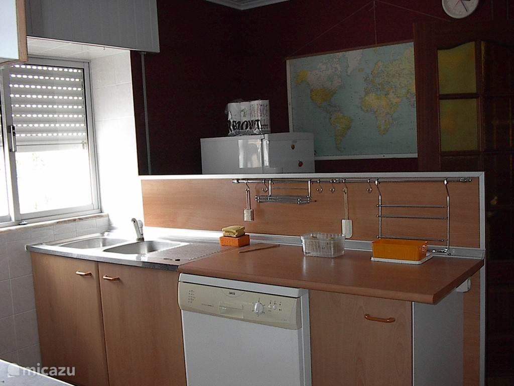 Keuken met afwasmachine in het huis