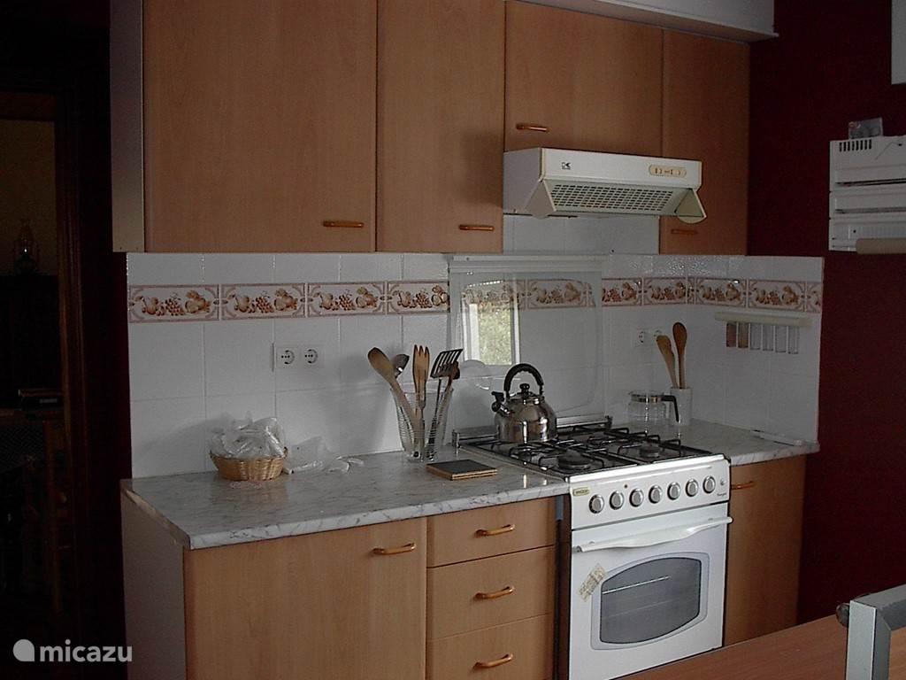 Keuken met fornuis in het huis